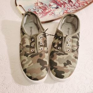 NEW MyStyle Slip-On Camo Sneakers Shoes 9 women's